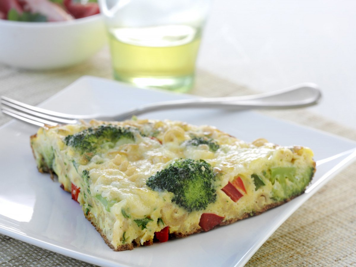 Cheesy pasta frittata horizontal