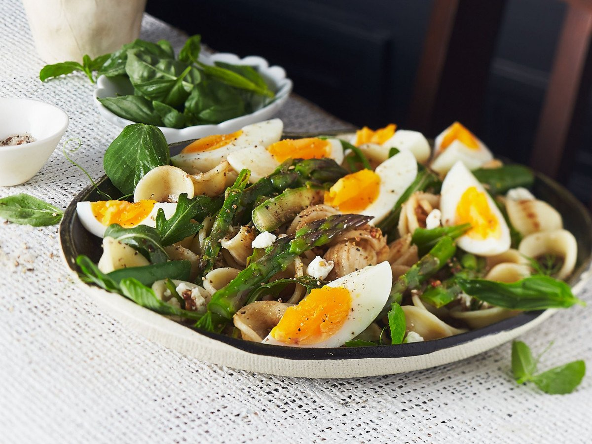Pasta salad with peas asparagus and boiled egg X SHARP web